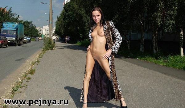 Девушка показывает прелести на улице фото 561-58